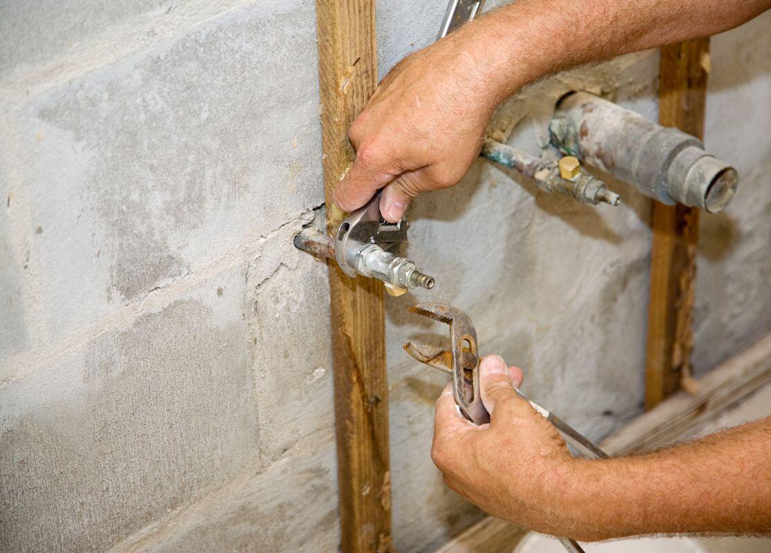 Usługi hydrauliczne podczas remontu łazienki